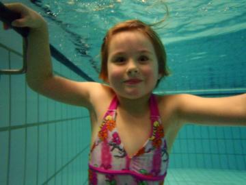 Emily unter Wasser